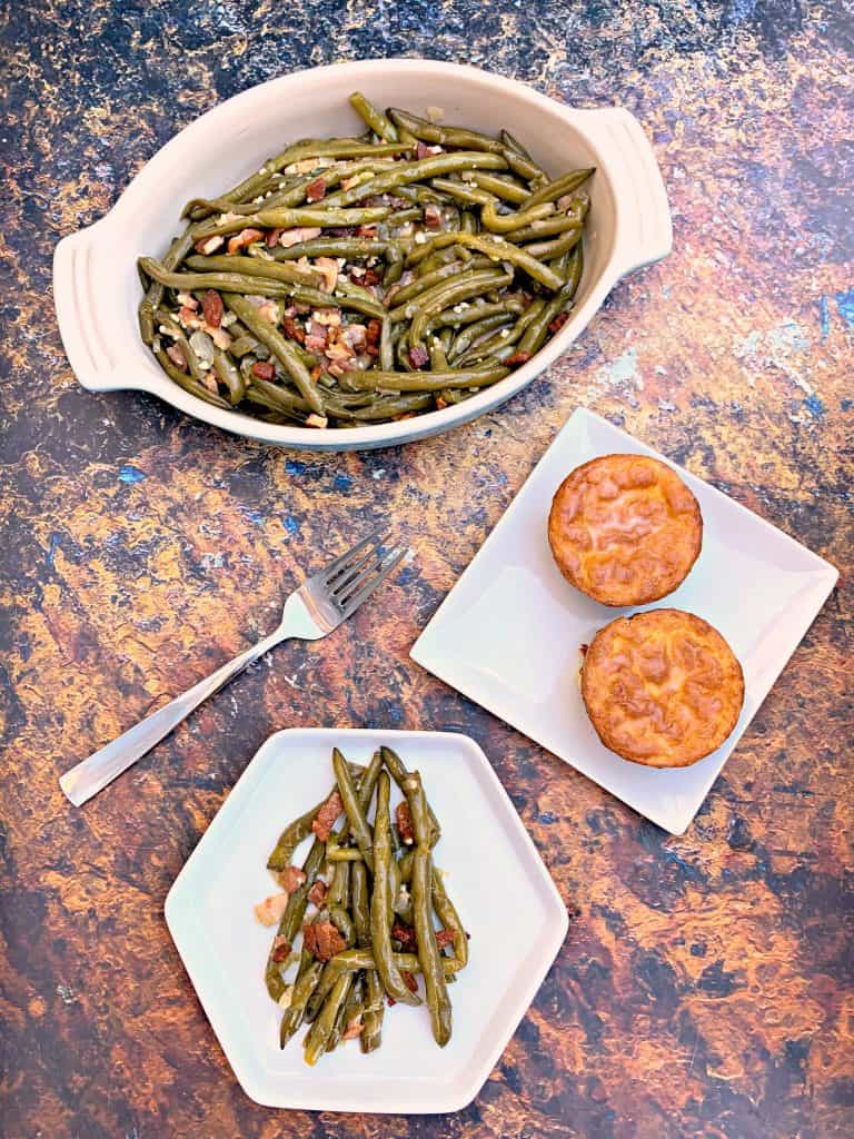 instant pot green beans in a blue bowl