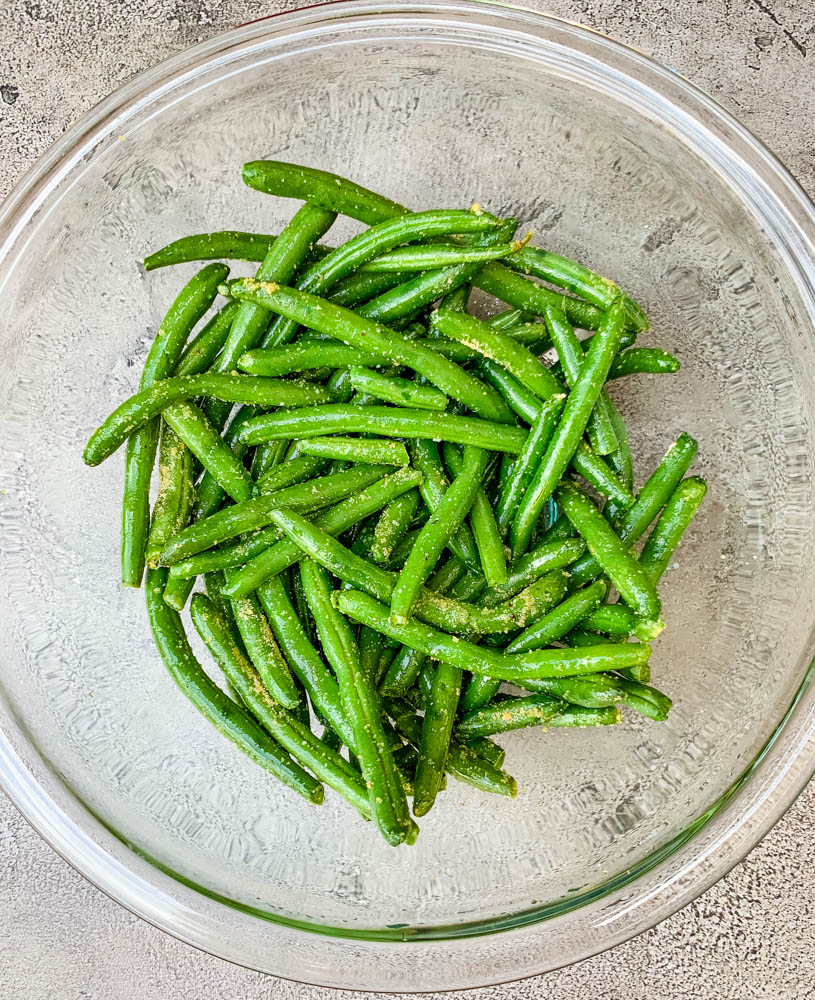 fresh green beans in a glass bowl