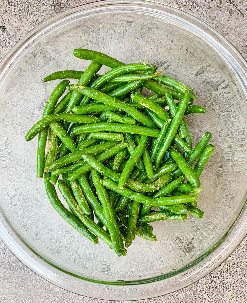 fresh green beans in a glass bowl