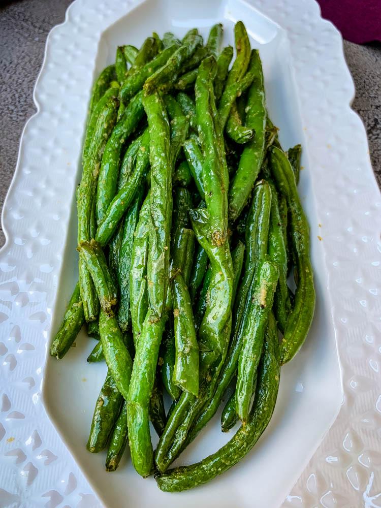 air fryer garlic green beans on a white plate