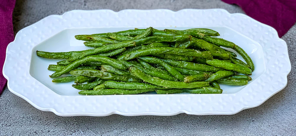 air fryer garlic green beans on a white plate