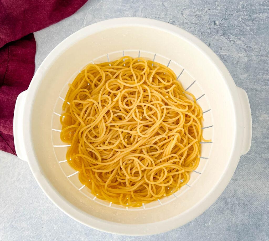 cooked spaghetti pasta in a colander
